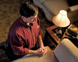 モルモン-お祈りしている人の写真