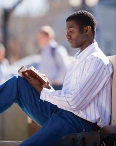 聖典を読んでいるモルモン