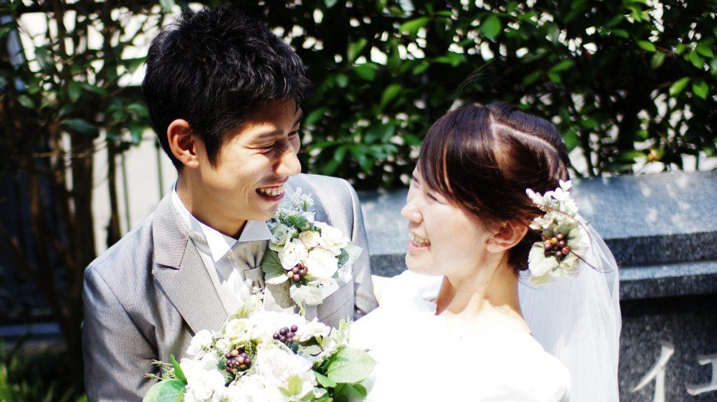 神殿結婚をした夫婦の笑顔