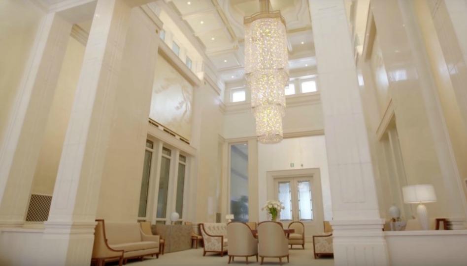 巨大で豪華なシャンデリアが印象的な日の栄えの部屋
