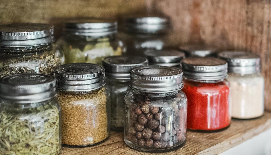食糧貯蔵のために並べられた色々なスパイスの瓶