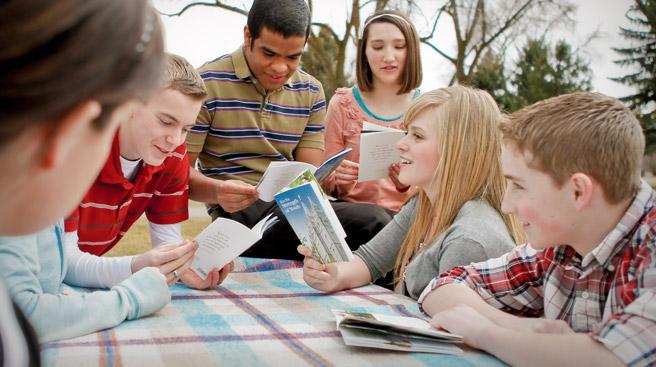 モルモン教の標準を楽しく学ぶ若者
