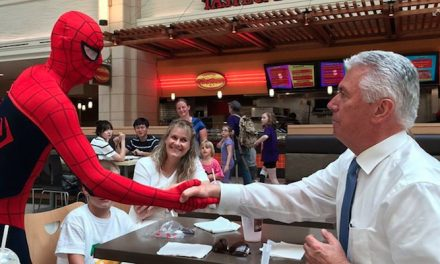 ウークトドルフ管長とスパイダーマンが握手を交わす