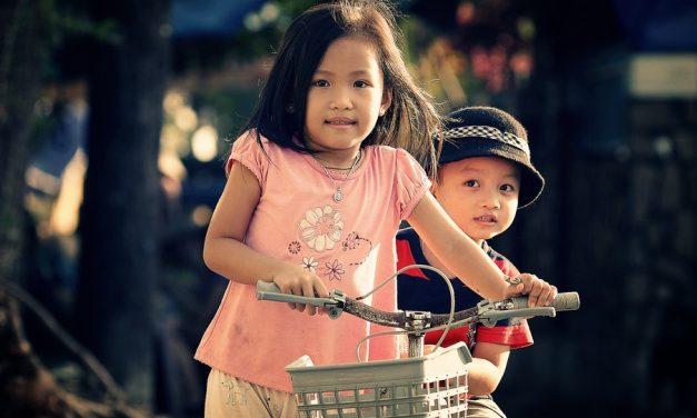 兄弟関係が男の子の成長を助けることを、新たな研究が示す