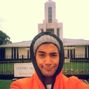 モルモン神殿の前に立つ俳優パーセル