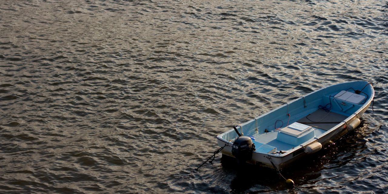 ボート事故の犠牲者、泳ぎながらプライマリーの曲を歌い、叫び祈り、助かる