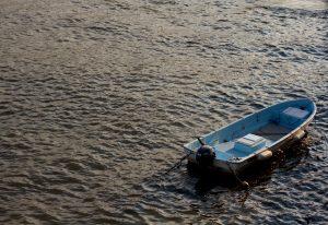 水面で停泊しているボート
