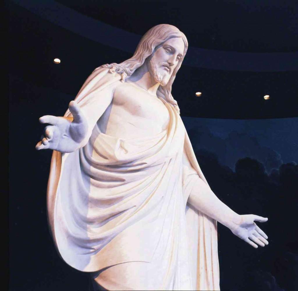 手を広げるイエス・キリストの像