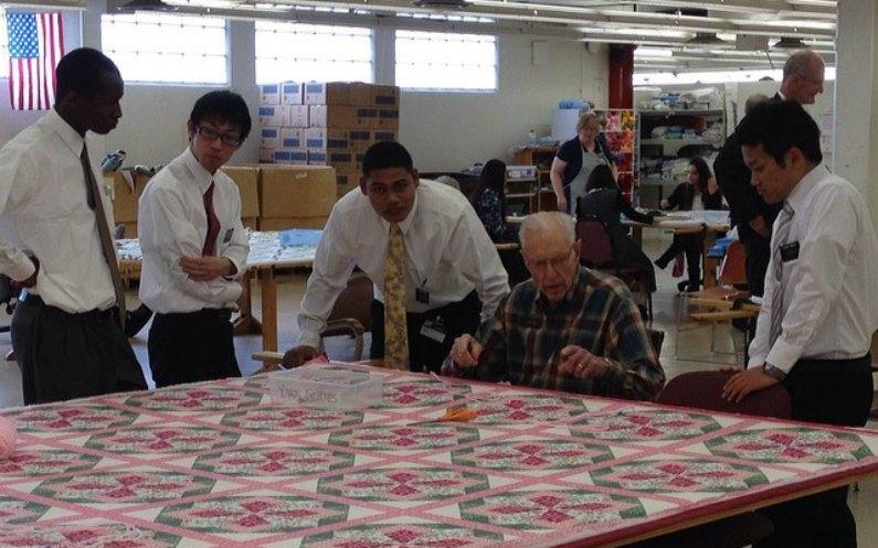 地元の人と奉仕をする長老宣教師4人