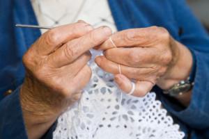 鍵編みをする老人