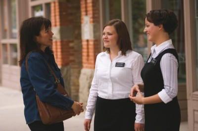 道で話す姉妹宣教師