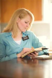 聖典学習をする姉妹宣教師