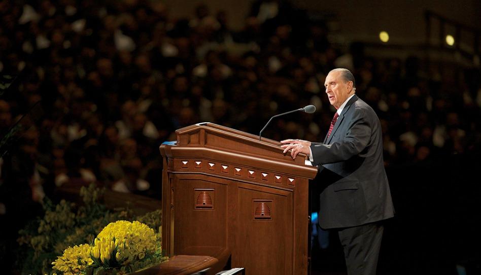 カンファレンスセンターの説教台でお話する,預言者トーマス・S・モンソン大管長
