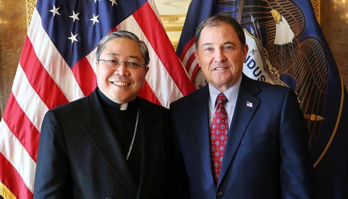 カトリック大司教のベルナルディト・アウザとユタ州のゲリー・ハーバート知事 写真はデゼレトニュース提供