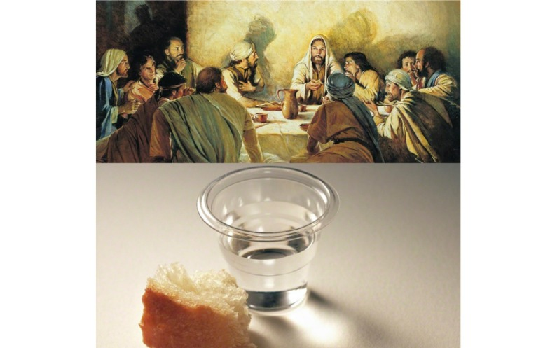十二使徒に聖餐について教えるキリストの絵と水が入った聖餐カップと一切れのパンの写真