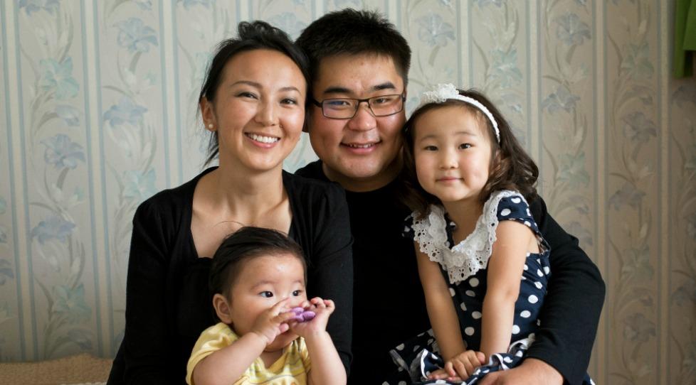 夫婦と女の子二人の家族写真