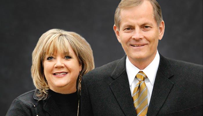リサ・ジェーン・ヒグリー・スティーブンソン姉妹とゲリー・E・スティーブンソン長老 LDS.orgによる写真