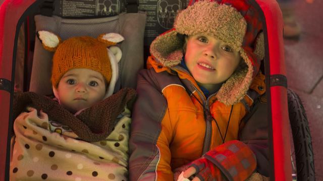 テンプルスクエアのクリスマスライトを見る子供たち