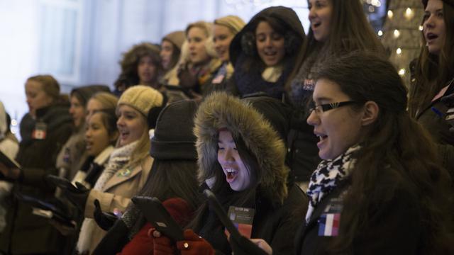 テンプルスクエアで歌う宣教師達