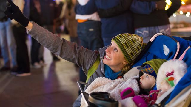 テンプルスクエアのクリスマスライトを見る親子
