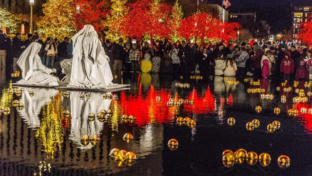 テンプルスクエアの池でクリスマスライト