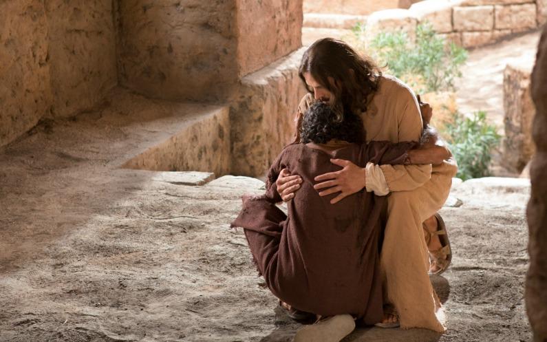 癒された病人がイエスに抱きついて感謝する