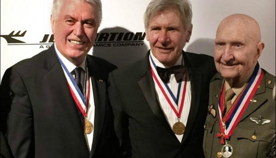ハリソン・フォード、「キャンディー・ボンバー」で有名な大佐に航空賞を贈る