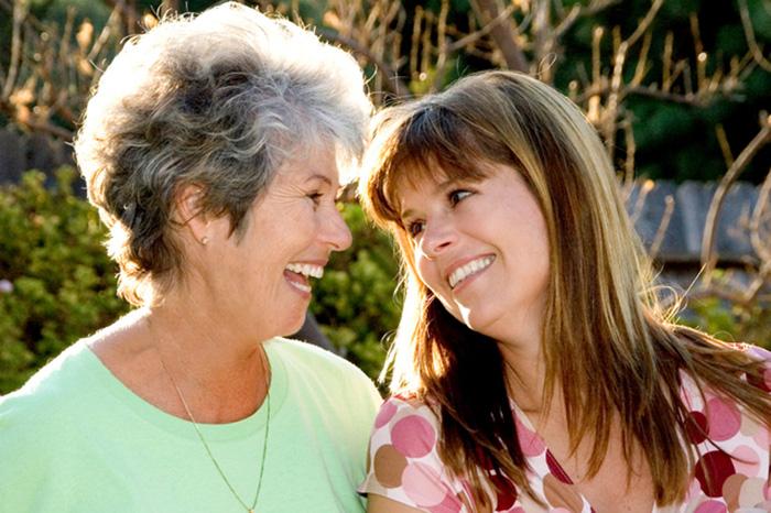 微笑み合う二人の女性