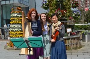 地元会員と音楽伝道をするモルモン教の姉妹宣教師