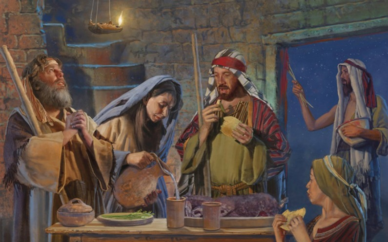 食卓を囲み過ぎ越しの祭りの用意をする5人家族