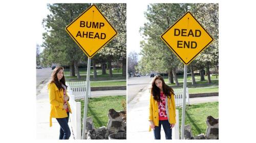 道路標識を使ったユーモラスな写真に収まるホイットニー