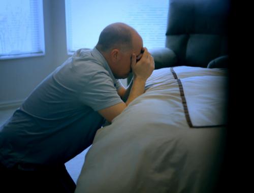 赦し平安を得られるようひざまずいて祈るクリス