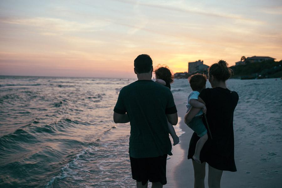 家族で時間を過ごす