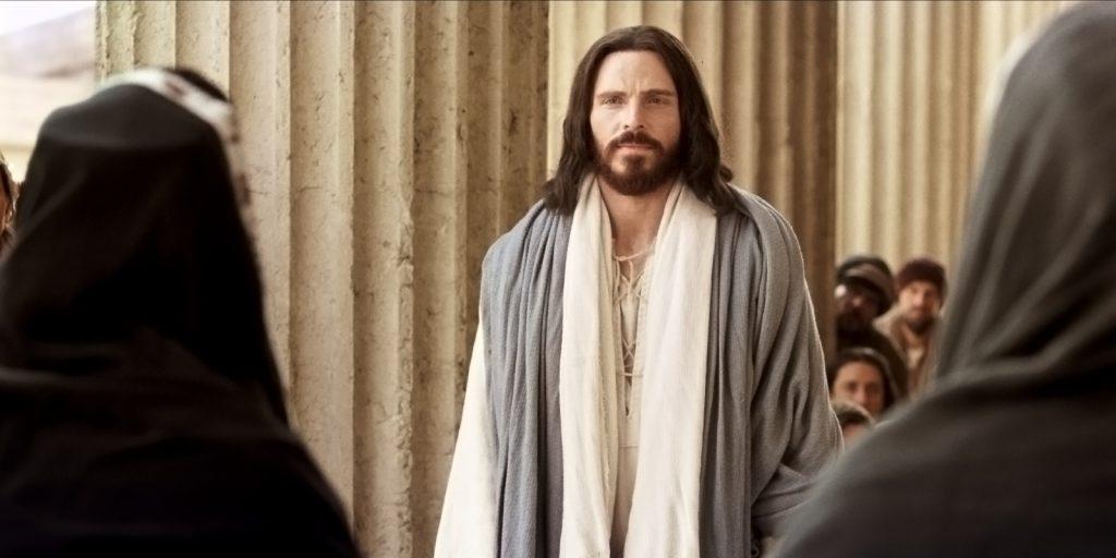 神殿で教えるイエスに群がる人々