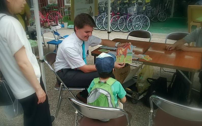 英語のお試しレッスンを子供にする宣教師