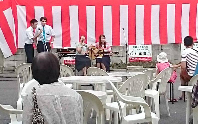 宣教師が商店街で音楽発表