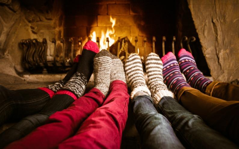 暖炉と家族の並んだ足