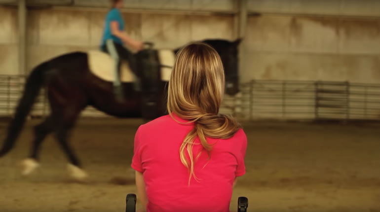 馬を見る女性