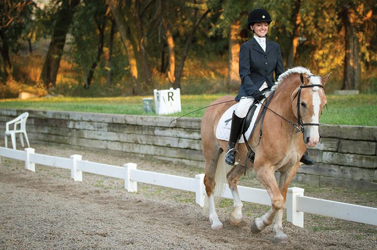 麻痺でも乗馬を楽しむ女性