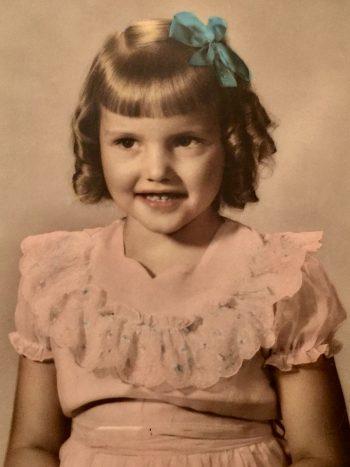 4歳の青いリボンをつけた女の子