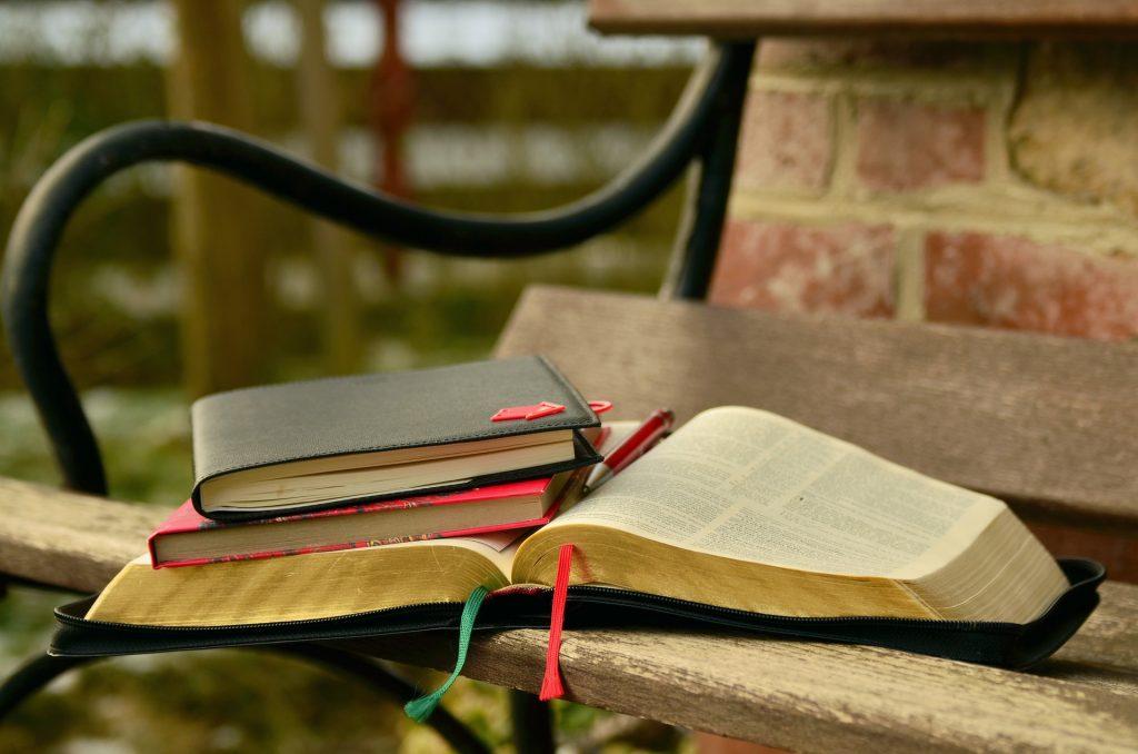 開いたモルモン書とノートがベンチに置かれている