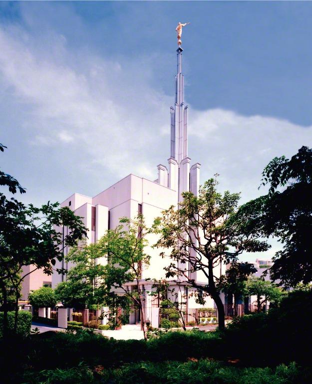 緑に囲まれた東京神殿