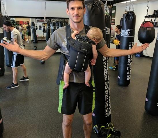 総合格闘家ウェスティン・ウィルソンが赤ちゃんを抱いてジムにいる姿