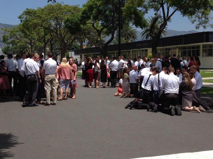 メキシコの宣教師訓練センターで地震の後に祈る宣教師たち