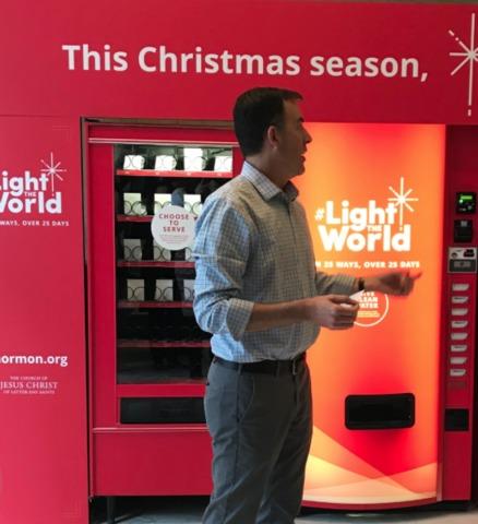「世の光」と書かれたチャリティーのための自販機