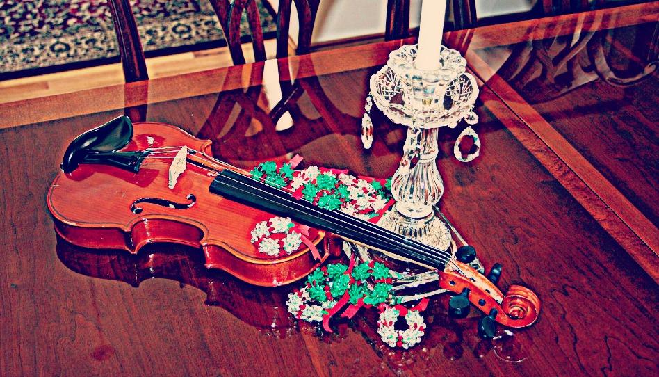 テーブルの上にのったクリスマスのデコレーションとバイオリン