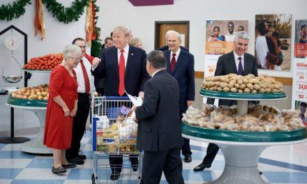 教会幹部トランプ大統領を福祉施設に案内する