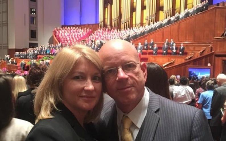 反モルモンだったが信仰を取り戻したスミスと改宗した妻が総大会に参加する