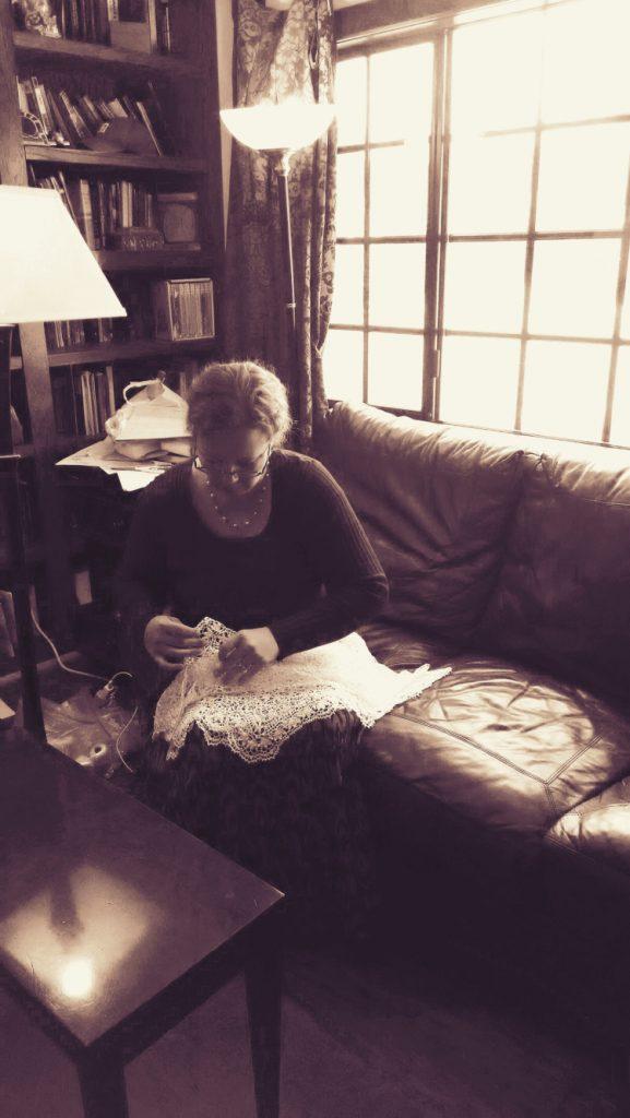 神殿の祭壇のレースを縫う夫人