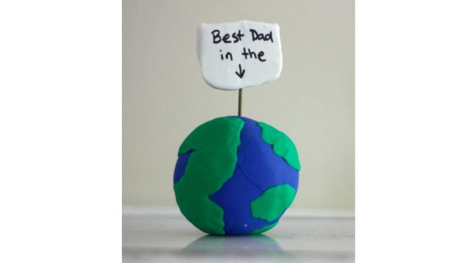 地球を模した粘土工作に「世界一のお父さん」と書かれたカード型の粘土がついた父の日の工作